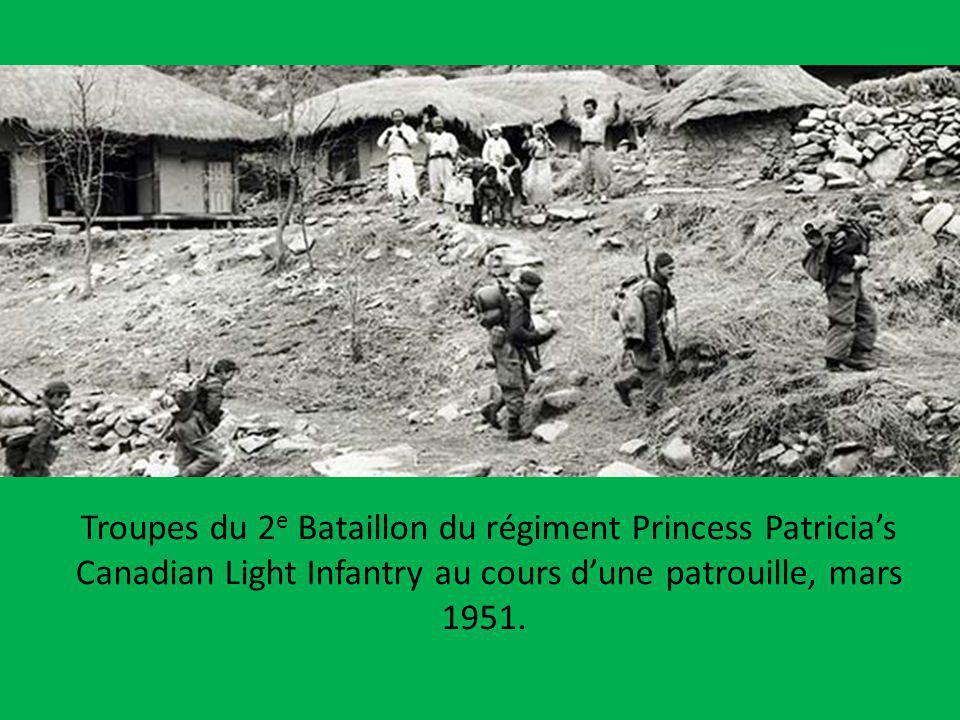 Troupes du 2e Bataillon du régiment Princess Patricia's Canadian Light Infantry au cours d'une patrouille, mars 1951.