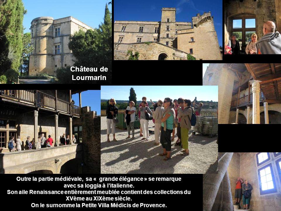 Château de Lourmarin. Outre la partie médiévale, sa « grande élégance » se remarque. avec sa loggia à l'italienne.