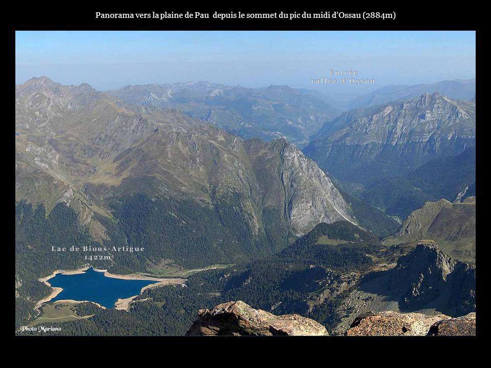 Panorama vers la plaine de Pau depuis le sommet du pic du midi d'Ossau (2884m)