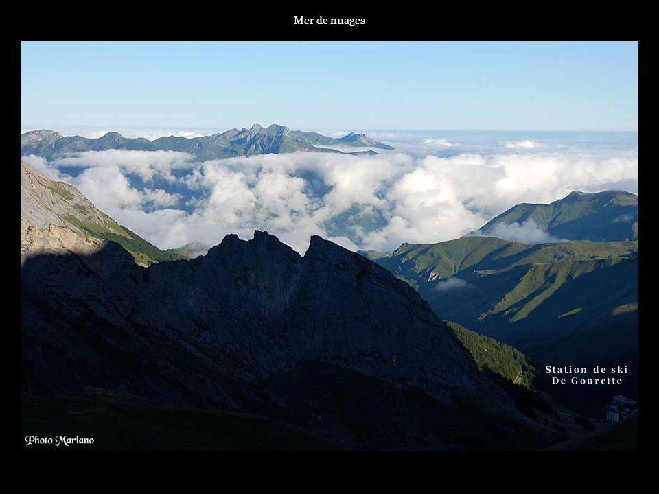 Mer de nuages Station de ski De Gourette . . . .