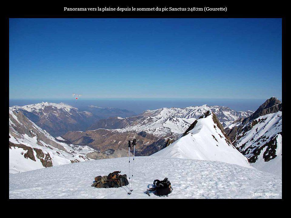 Panorama vers la plaine depuis le sommet du pic Sanctus 2482m (Gourette)