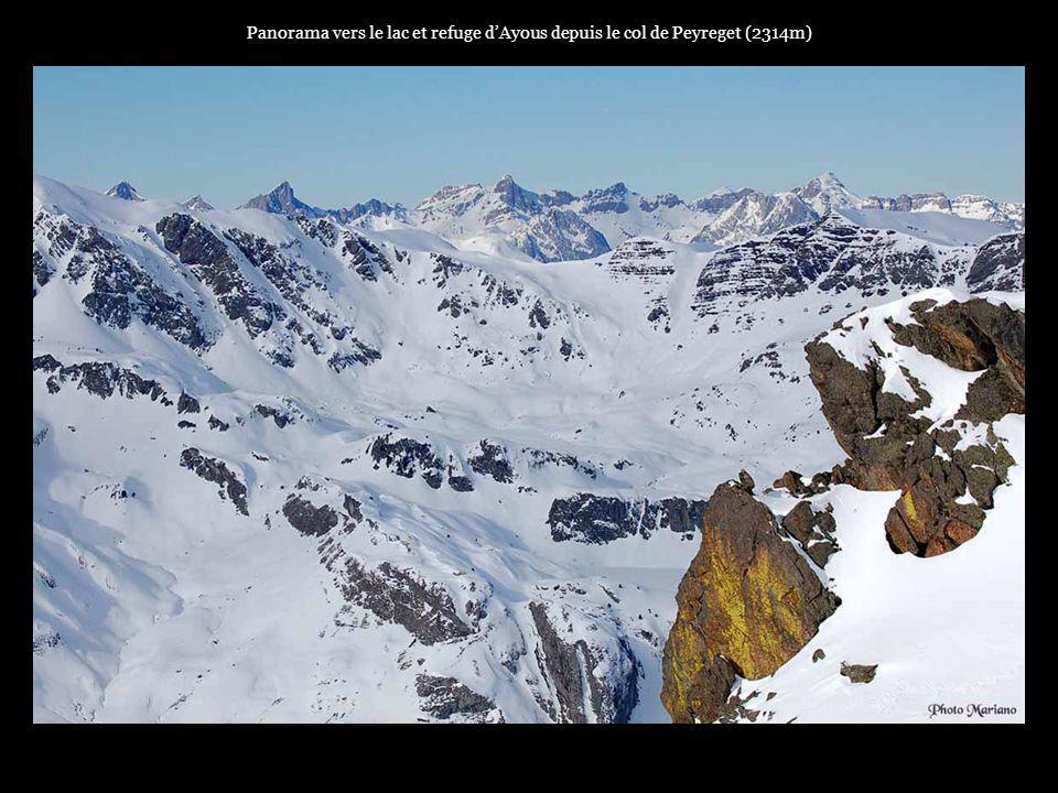 Panorama vers le lac et refuge d'Ayous depuis le col de Peyreget (2314m)