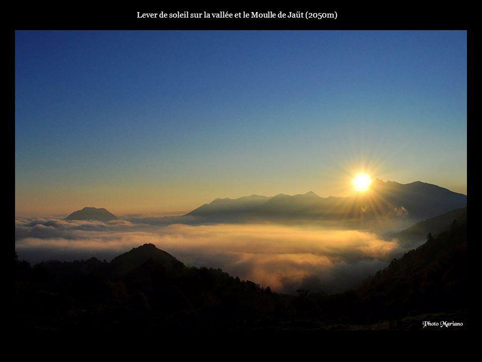 Lever de soleil sur la vallée et le Moulle de Jaüt (2050m)