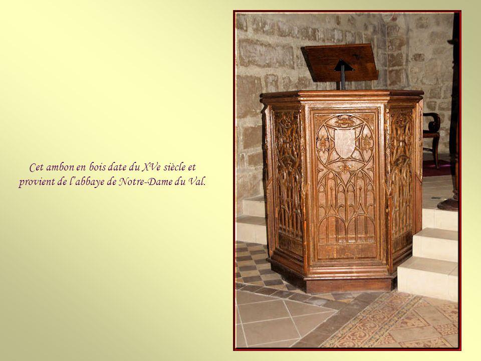 Cet ambon en bois date du XVe siècle et provient de l'abbaye de Notre-Dame du Val.