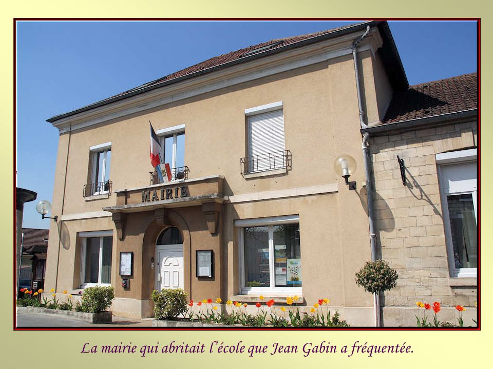 La mairie qui abritait l'école que Jean Gabin a fréquentée.