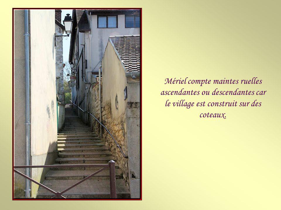 Mériel compte maintes ruelles ascendantes ou descendantes car le village est construit sur des coteaux.
