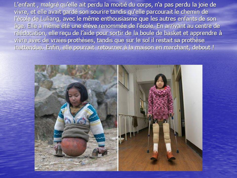 L enfant , malgré qu'elle ait perdu la moitié du corps, n a pas perdu la joie de vivre, et elle avait gardé son sourire tandis qu'elle parcourait le chemin de l école de Luliang, avec le même enthousiasme que les autres enfants de son âge.