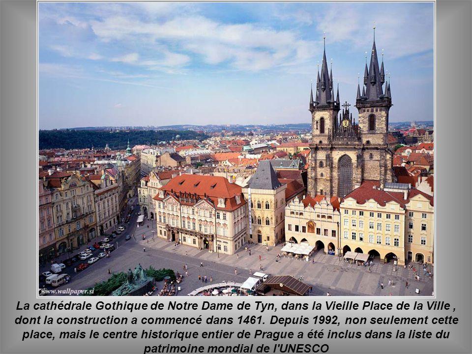 La cathédrale Gothique de Notre Dame de Tyn, dans la Vieille Place de la Ville , dont la construction a commencé dans 1461.