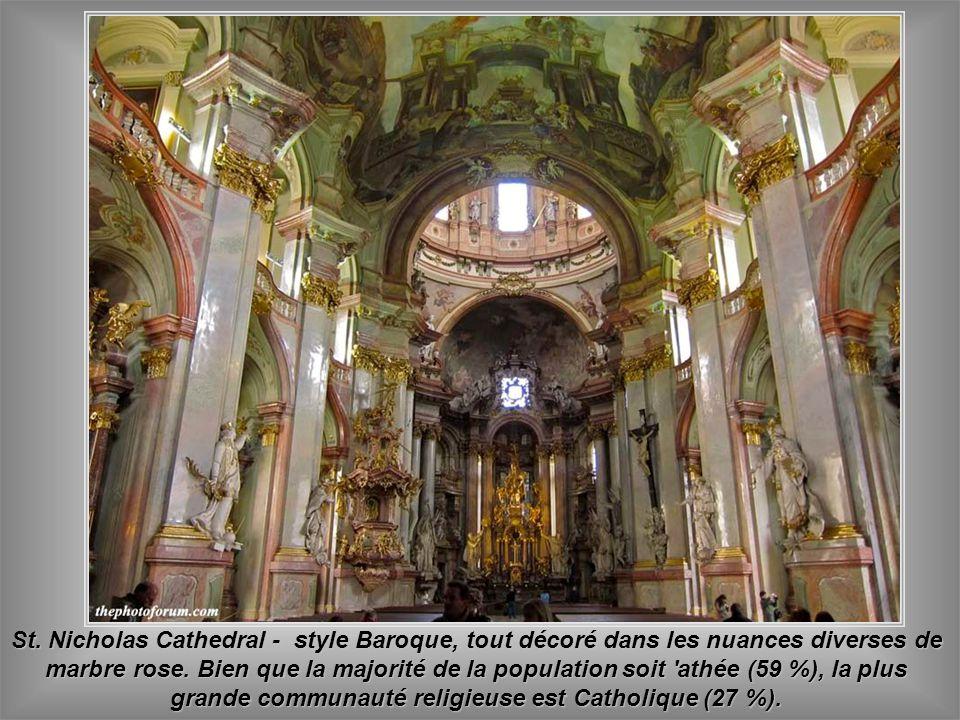 St. Nicholas Cathedral - style Baroque, tout décoré dans les nuances diverses de marbre rose.