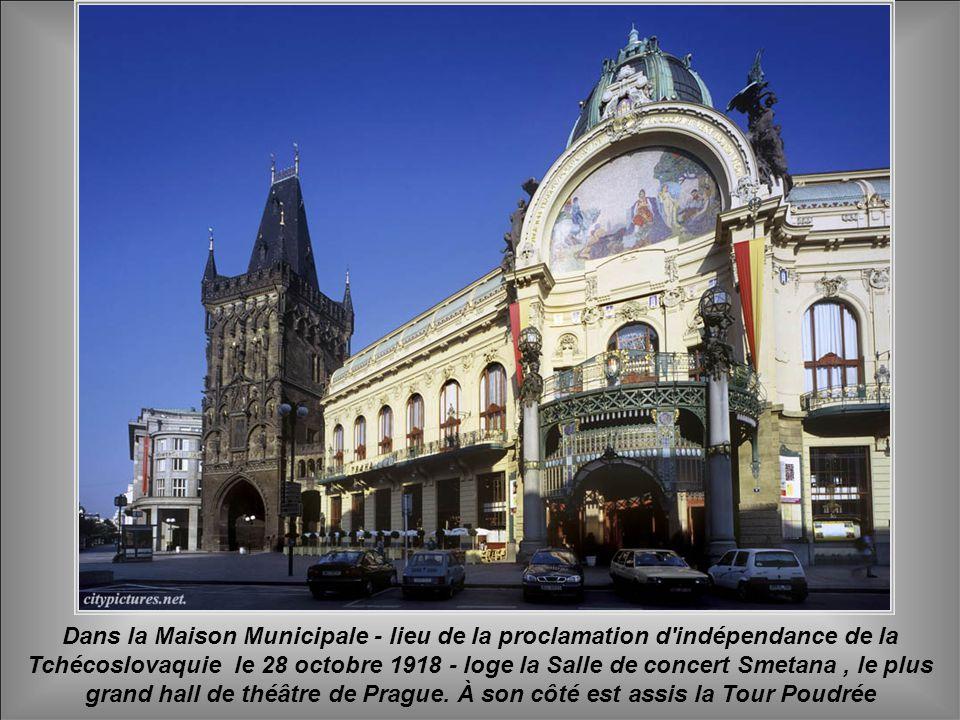Dans la Maison Municipale - lieu de la proclamation d indépendance de la Tchécoslovaquie le 28 octobre 1918 - loge la Salle de concert Smetana , le plus grand hall de théâtre de Prague.