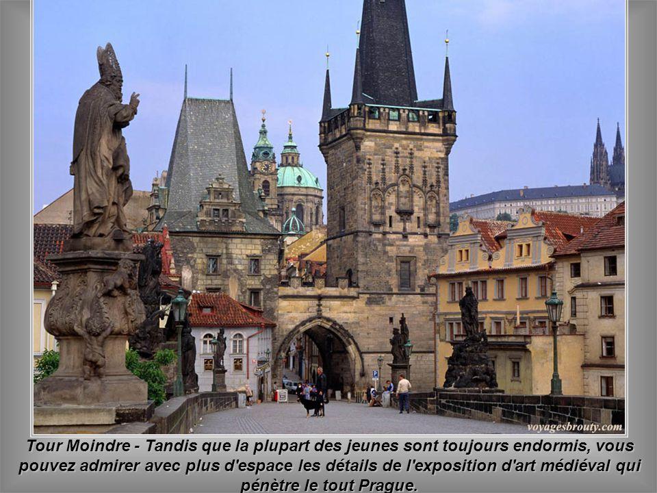 Tour Moindre - Tandis que la plupart des jeunes sont toujours endormis, vous pouvez admirer avec plus d espace les détails de l exposition d art médiéval qui pénètre le tout Prague.