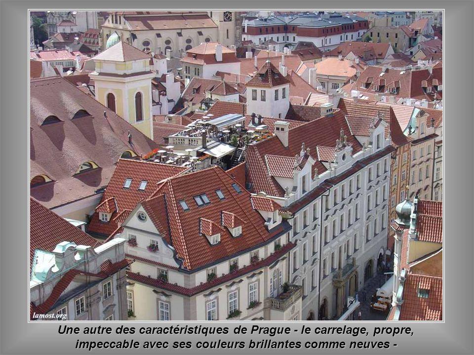 Une autre des caractéristiques de Prague - le carrelage, propre, impeccable avec ses couleurs brillantes comme neuves -