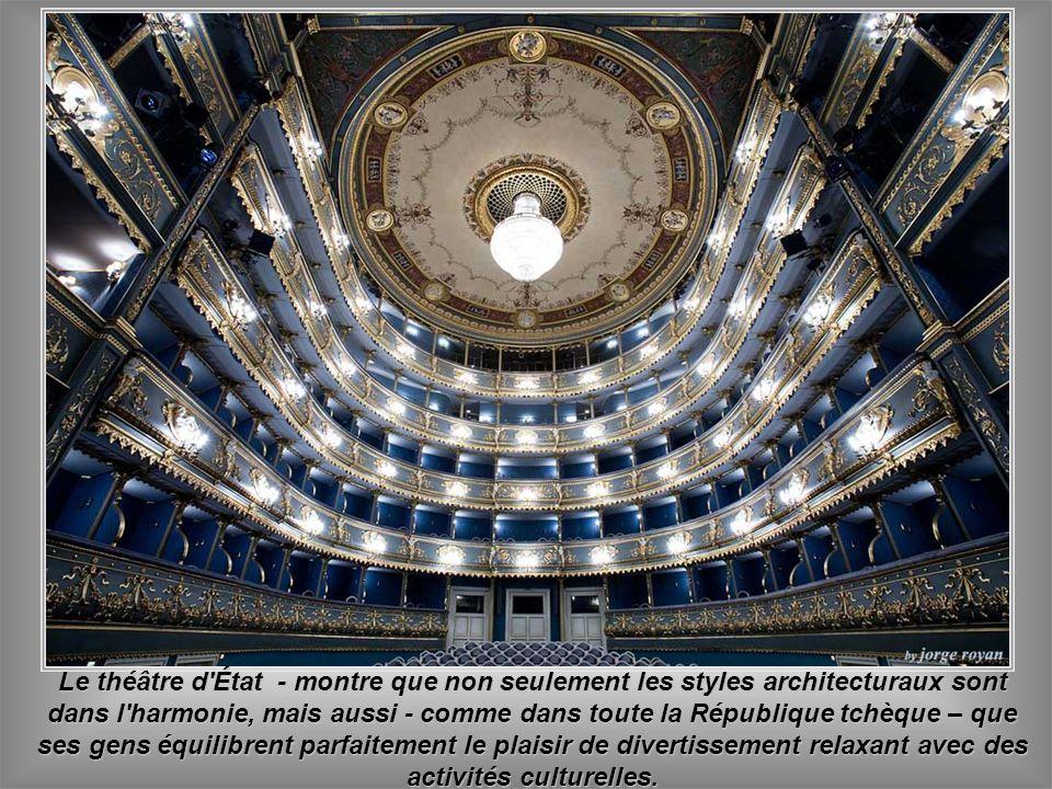 Le théâtre d État - montre que non seulement les styles architecturaux sont dans l harmonie, mais aussi - comme dans toute la République tchèque – que ses gens équilibrent parfaitement le plaisir de divertissement relaxant avec des activités culturelles.
