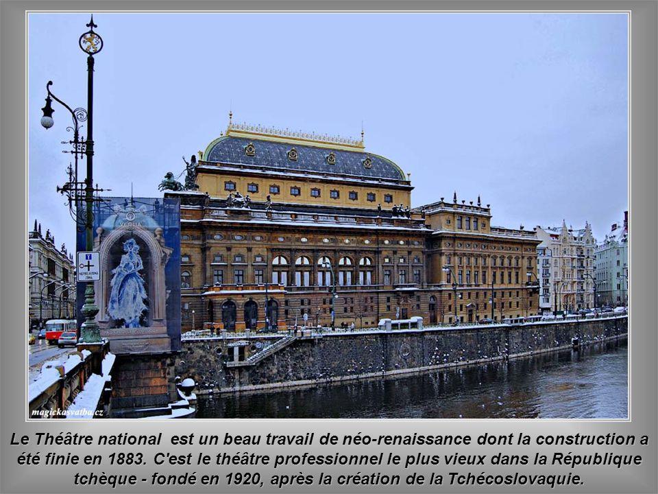 Le Théâtre national est un beau travail de néo-renaissance dont la construction a été finie en 1883.