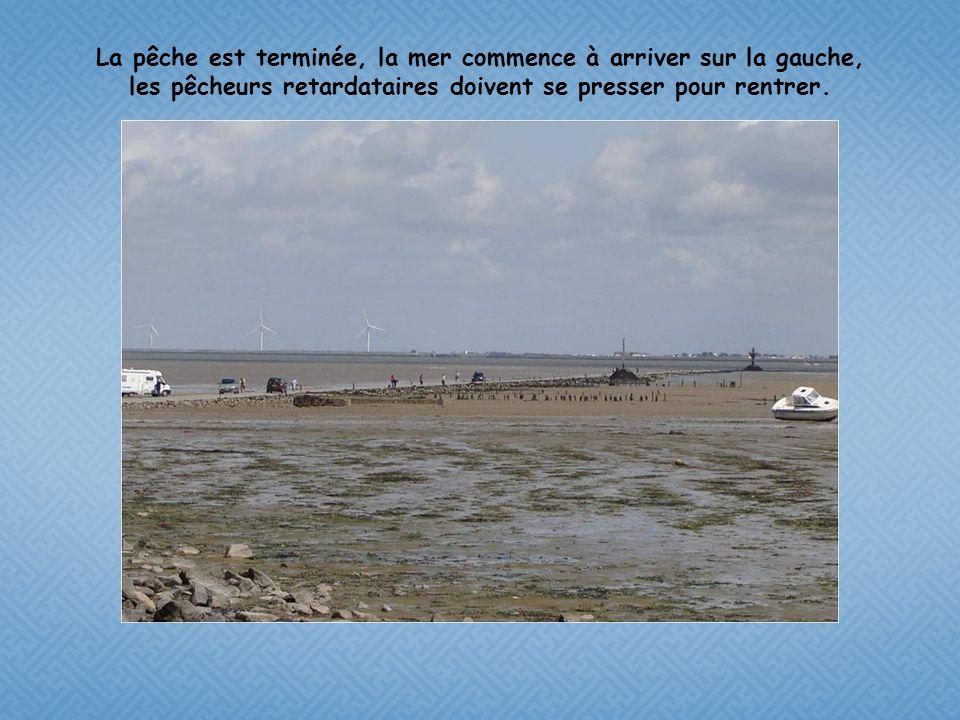 La pêche est terminée, la mer commence à arriver sur la gauche, les pêcheurs retardataires doivent se presser pour rentrer.