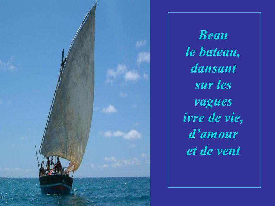 Beau le bateau, dansant sur les vagues ivre de vie, d'amour et de vent