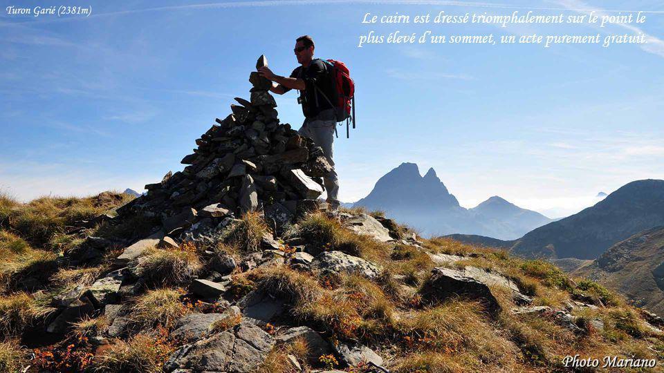 Le cairn est dressé triomphalement sur le point le plus élevé d'un sommet, un acte purement gratuit.
