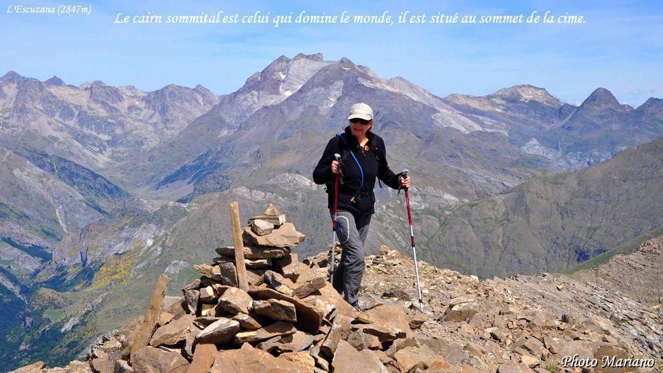 Le cairn sommital est celui qui domine le monde, il est situé au sommet de la cime.