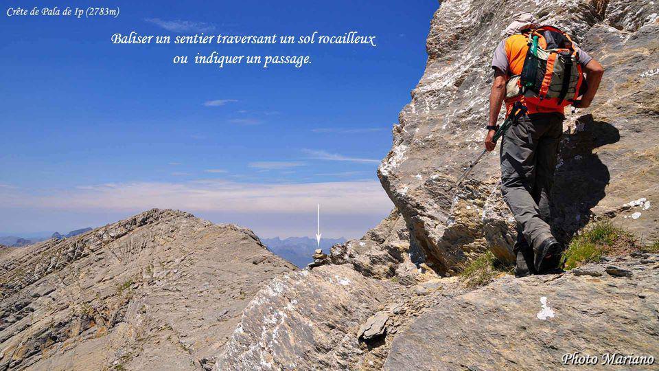 Baliser un sentier traversant un sol rocailleux ou indiquer un passage.