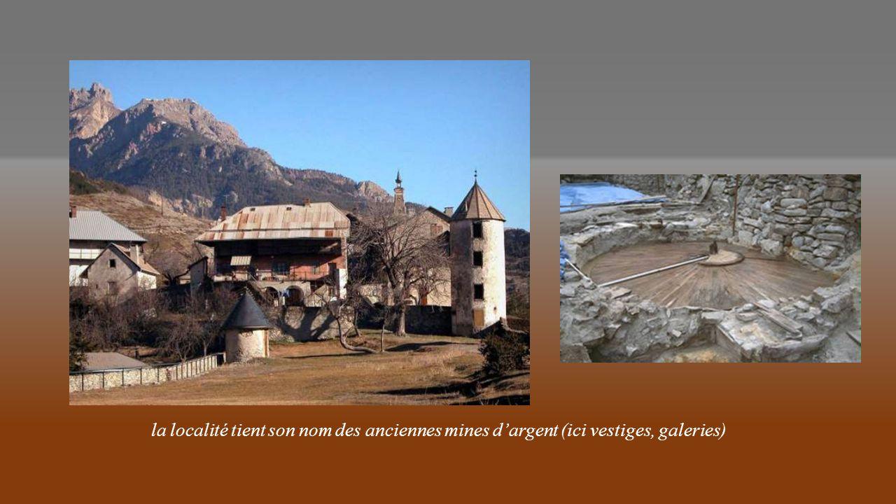 la localité tient son nom des anciennes mines d'argent (ici vestiges, galeries)
