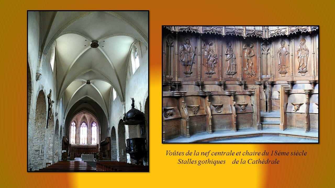 Voûtes de la nef centrale et chaire du 18éme siècle