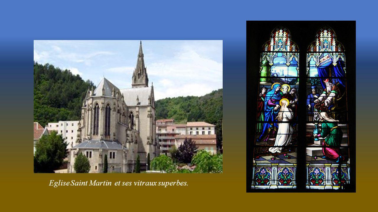Eglise Saint Martin et ses vitraux superbes.
