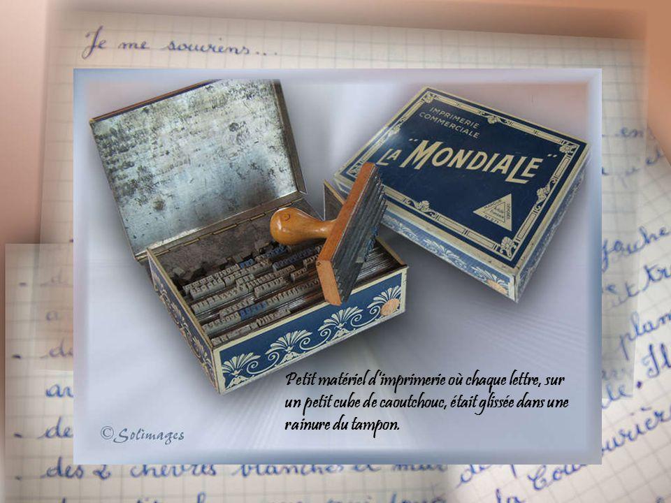 Petit matériel d'imprimerie où chaque lettre, sur un petit cube de caoutchouc, était glissée dans une rainure du tampon.