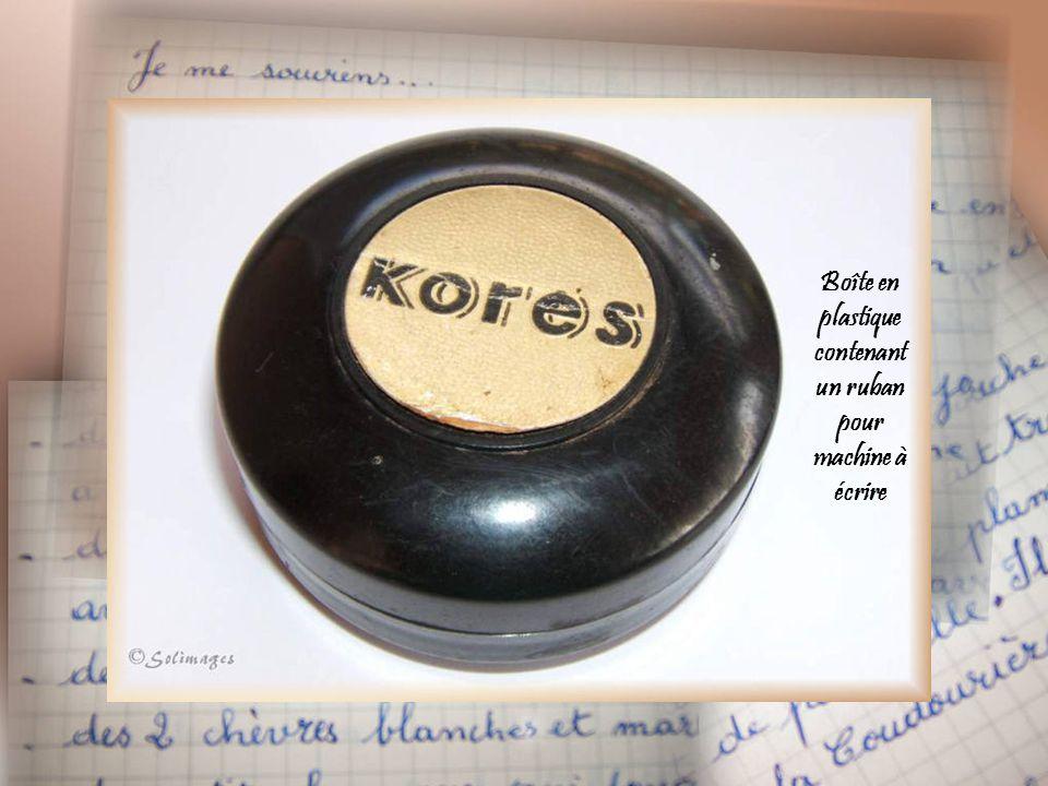 Boîte en plastique contenant un ruban pour machine à écrire