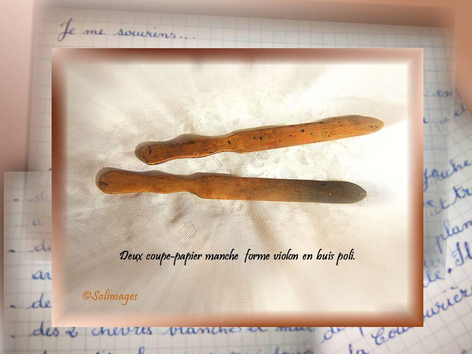 Deux coupe-papier manche forme violon en buis poli.