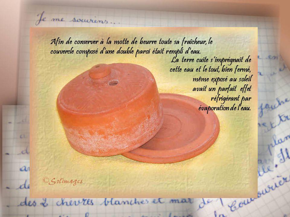 Afin de conserver à la motte de beurre toute sa fraîcheur, le couvercle composé d'une double paroi était rempli d'eau.