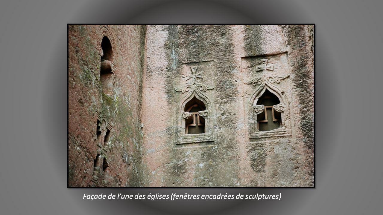 Façade de l'une des églises (fenêtres encadrées de sculptures)
