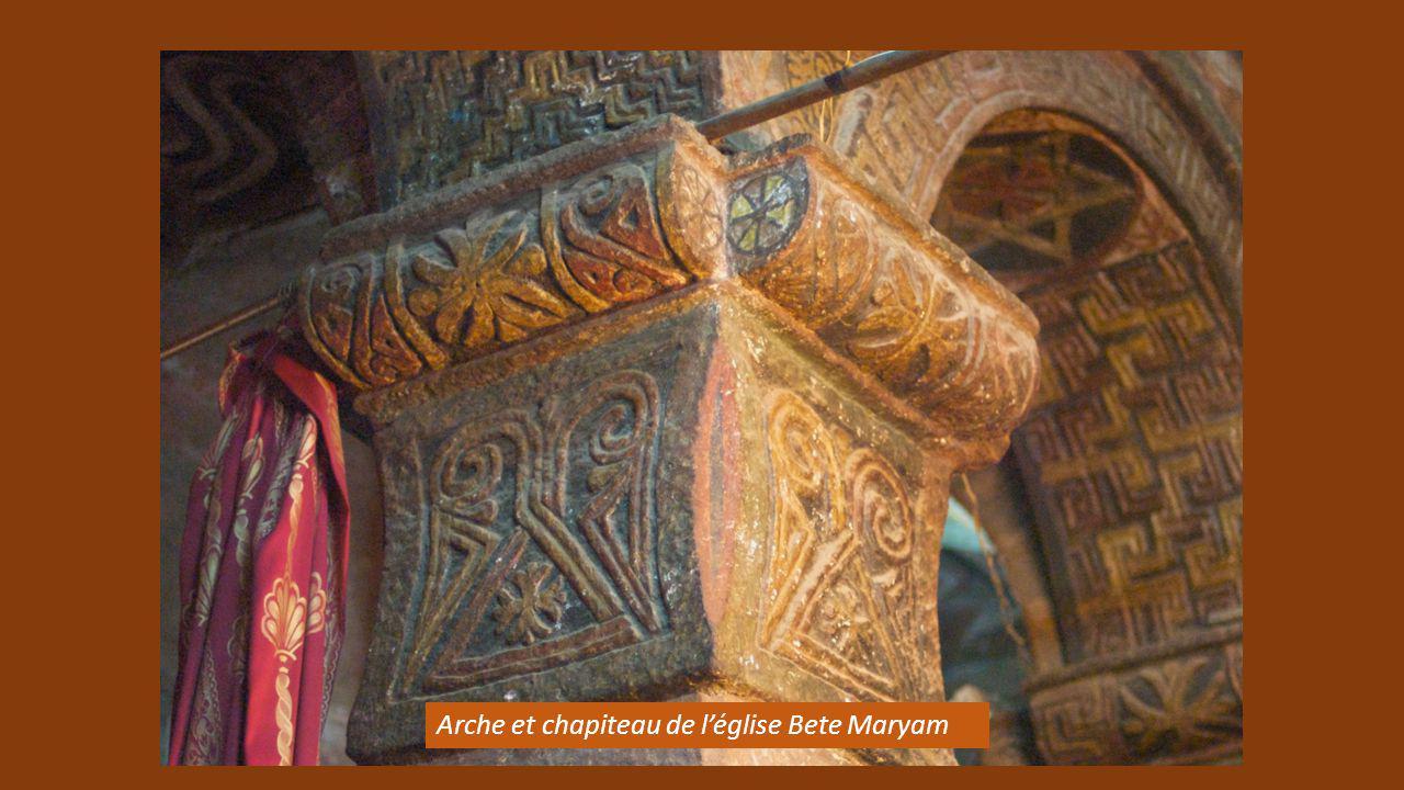 Arche et chapiteau de l'église Bete Maryam