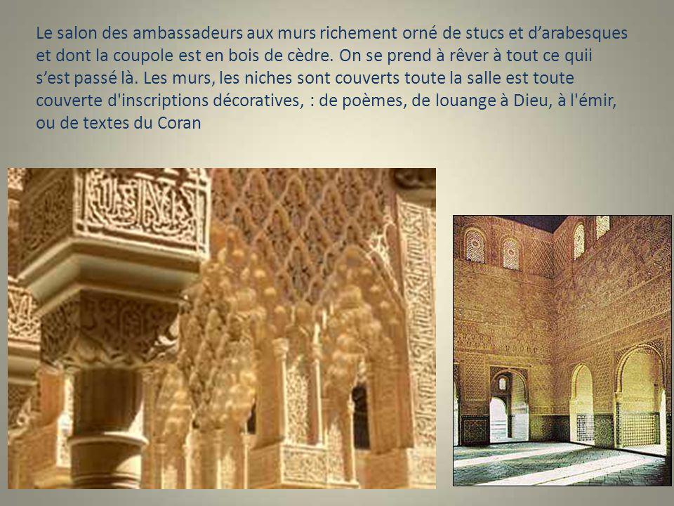 Le salon des ambassadeurs aux murs richement orné de stucs et d'arabesques et dont la coupole est en bois de cèdre.