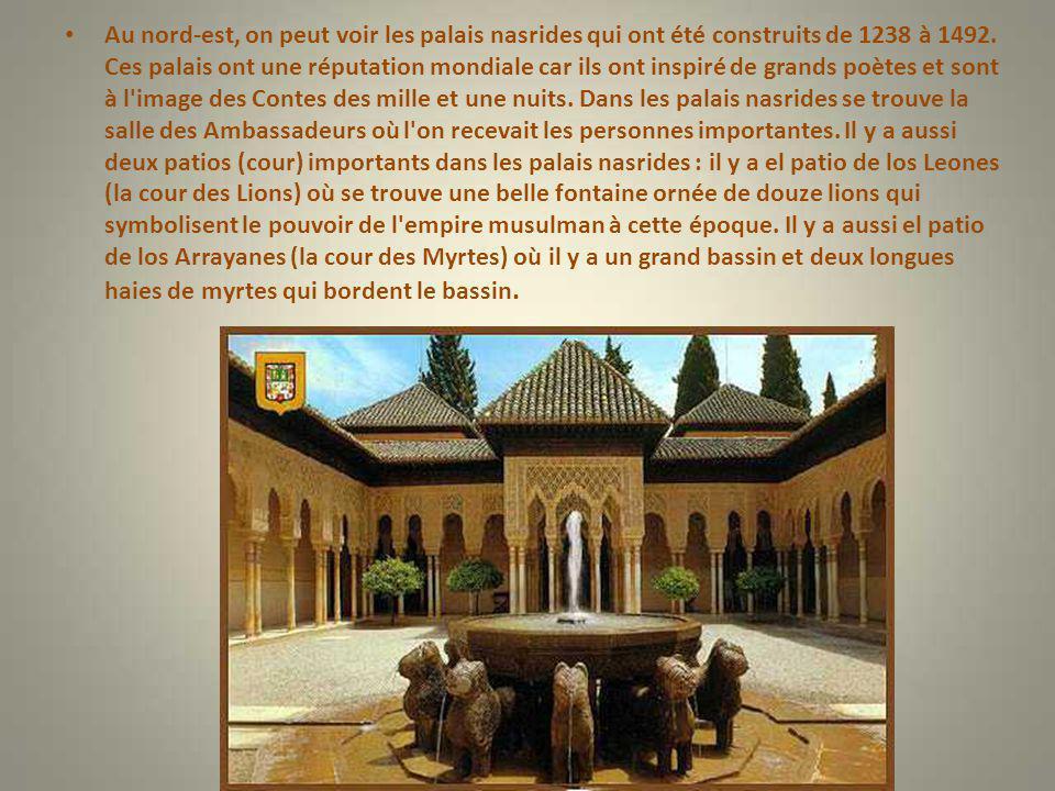 Au nord-est, on peut voir les palais nasrides qui ont été construits de 1238 à 1492.