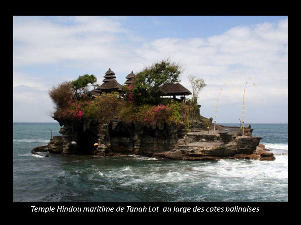 Temple Hindou maritime de Tanah Lot au large des cotes balinaises