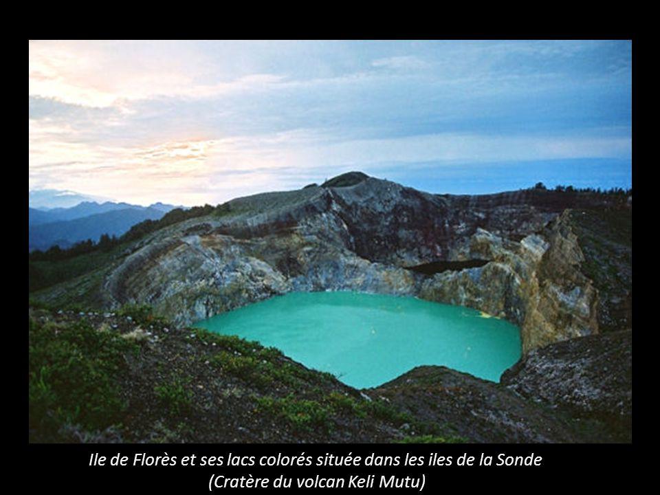 Ile de Florès et ses lacs colorés située dans les iles de la Sonde