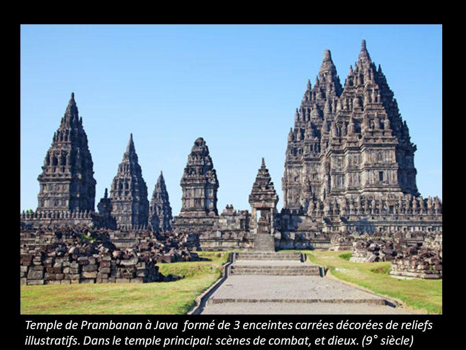 Temple de Prambanan à Java formé de 3 enceintes carrées décorées de reliefs