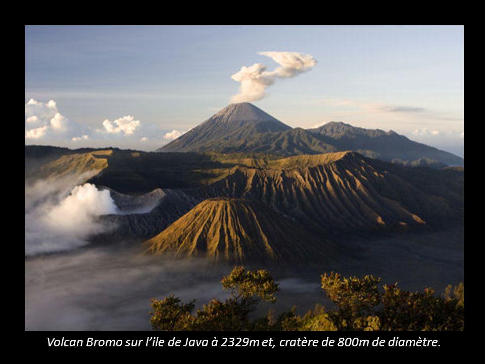 Volcan Bromo sur l'ile de Java à 2329m et, cratère de 800m de diamètre.
