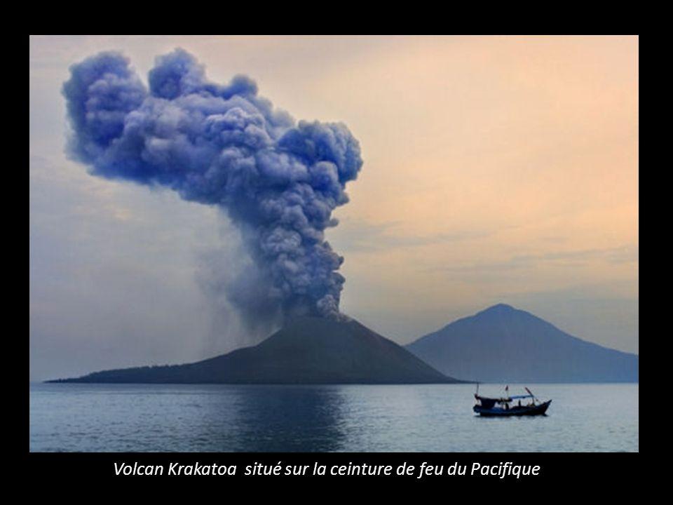Volcan Krakatoa situé sur la ceinture de feu du Pacifique