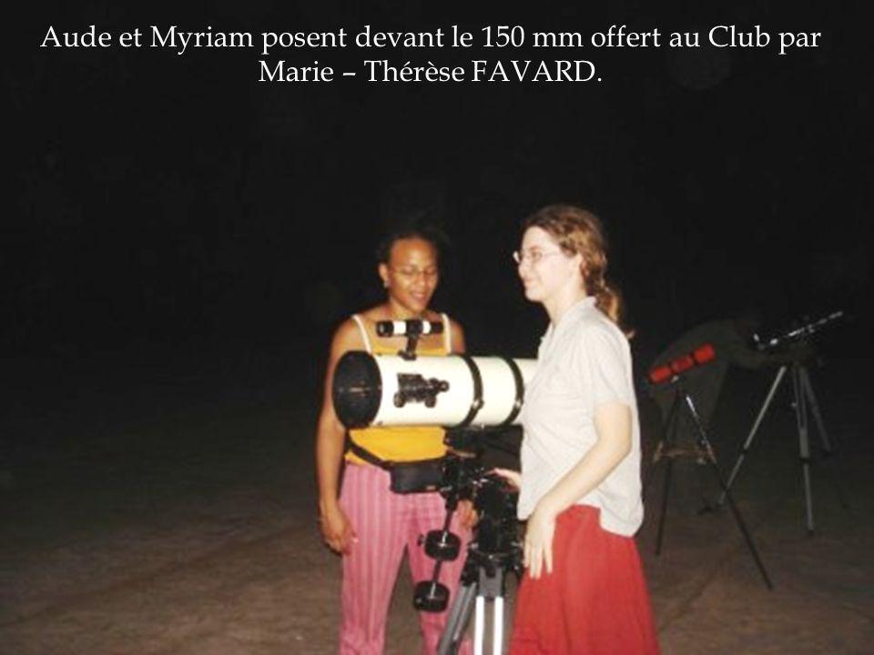 Aude et Myriam posent devant le 150 mm offert au Club par Marie – Thérèse FAVARD.