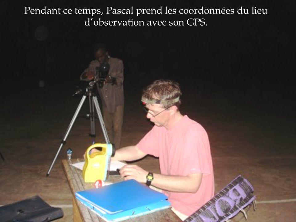 Pendant ce temps, Pascal prend les coordonnées du lieu d'observation avec son GPS.