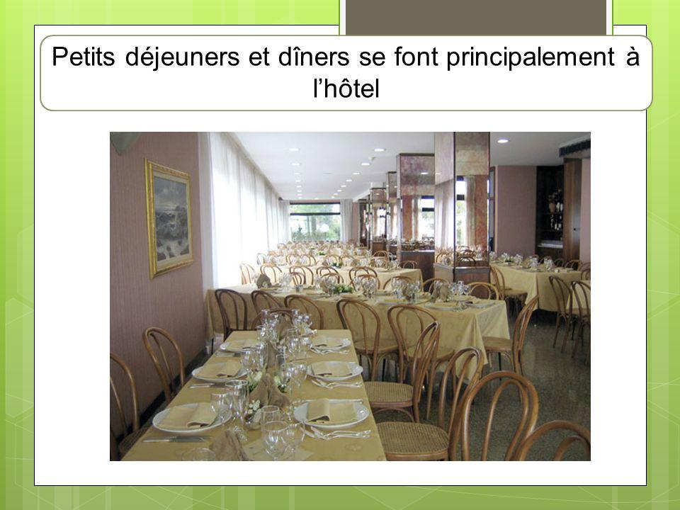Petits déjeuners et dîners se font principalement à l'hôtel
