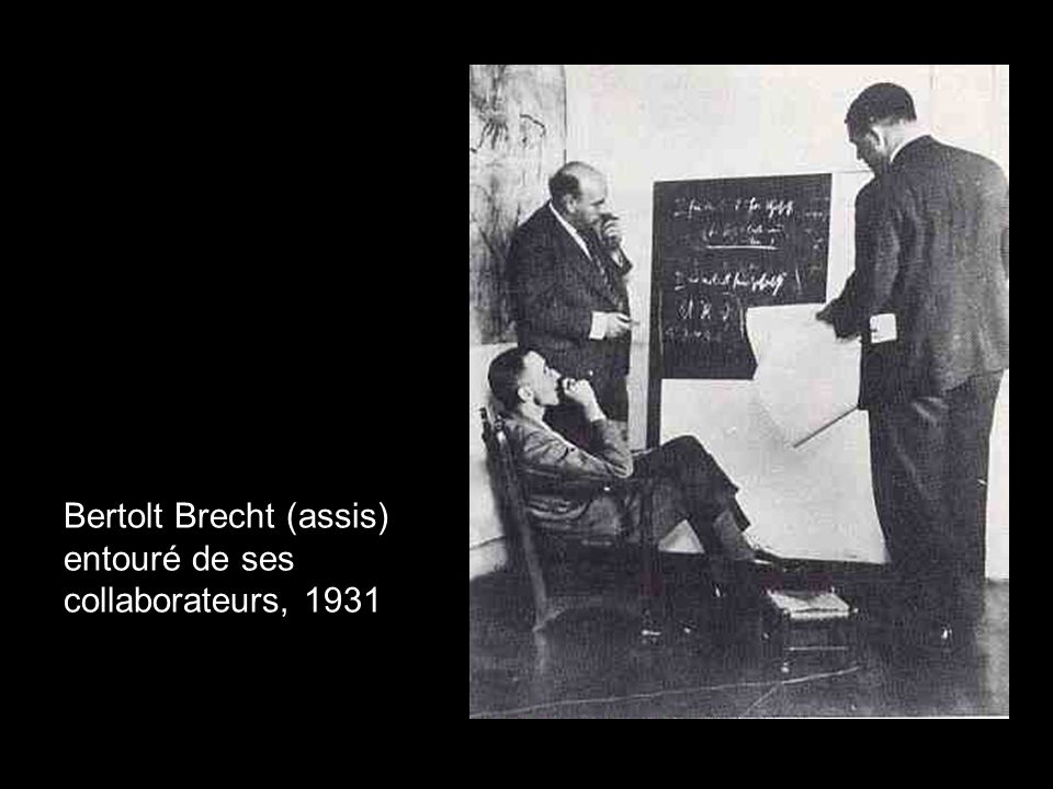 Bertolt Brecht (assis) entouré de ses collaborateurs, 1931