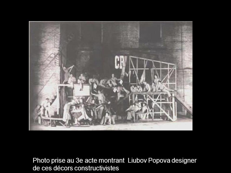 Photo prise au 3e acte montrant Liubov Popova designer