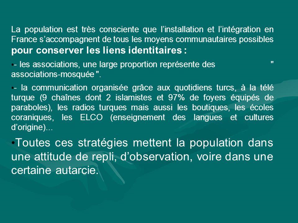 La population est très consciente que l'installation et l'intégration en France s'accompagnent de tous les moyens communautaires possibles pour conserver les liens identitaires :