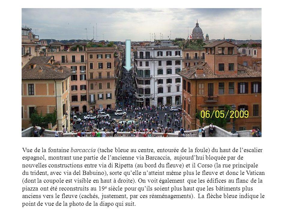 Vue de la fontaine barcaccia (tache bleue au centre, entourée de la foule) du haut de l'escalier espagnol, montrant une partie de l'ancienne via Barcaccia, aujourd'hui bloquée par de nouvelles constructions entre via di Ripetta (au bord du fleuve) et il Corso (la rue principale du trident, avec via del Babuino), sorte qu'elle n'atteint même plus le fleuve et donc le Vatican (dont la coupole est visible en haut à droite).