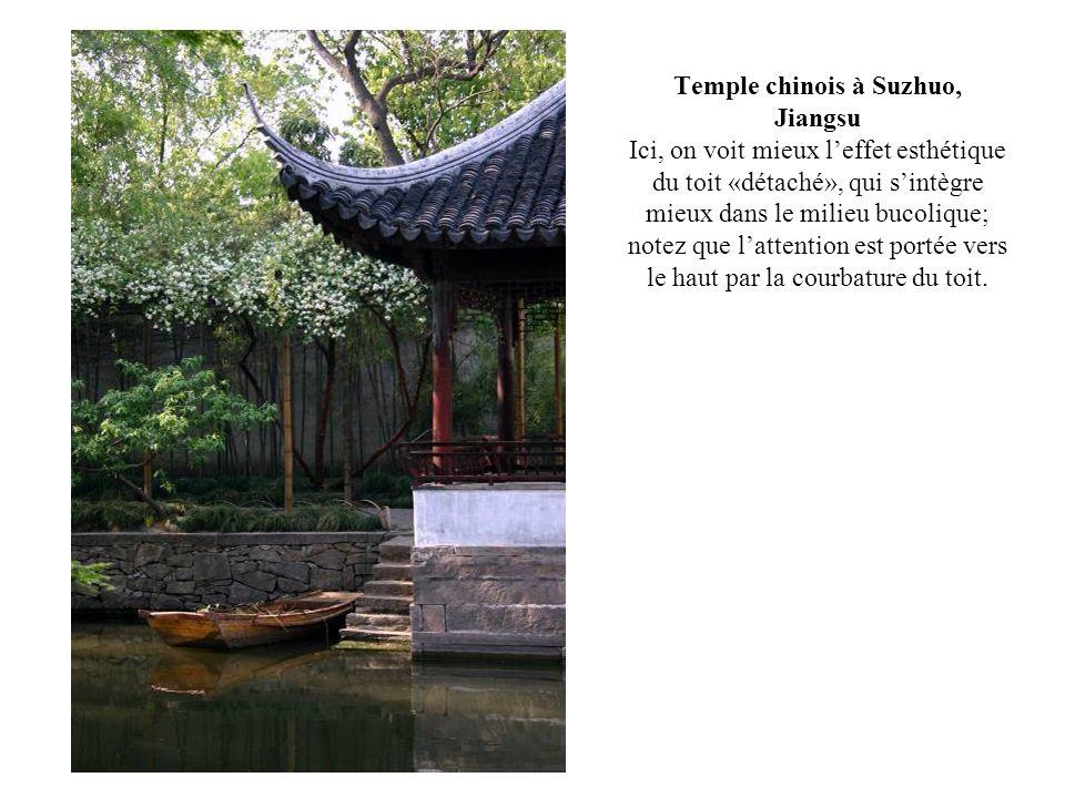 Temple chinois à Suzhuo, Jiangsu Ici, on voit mieux l'effet esthétique du toit «détaché», qui s'intègre mieux dans le milieu bucolique; notez que l'attention est portée vers le haut par la courbature du toit.