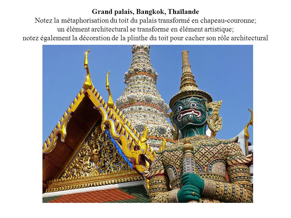 Grand palais, Bangkok, Thaïlande Notez la métaphorisation du toit du palais transformé en chapeau-couronne; un élément architectural se transforme en élément artistique; notez également la décoration de la plinthe du toit pour cacher son rôle architectural