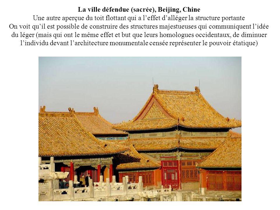 La ville défendue (sacrée), Beijing, Chine Une autre aperçue du toit flottant qui a l'effet d'alléger la structure portante On voit qu'il est possible de construire des structures majestueuses qui communiquent l'idée du léger (mais qui ont le même effet et but que leurs homologues occidentaux, de diminuer l'individu devant l'architecture monumentale censée représenter le pouvoir étatique)