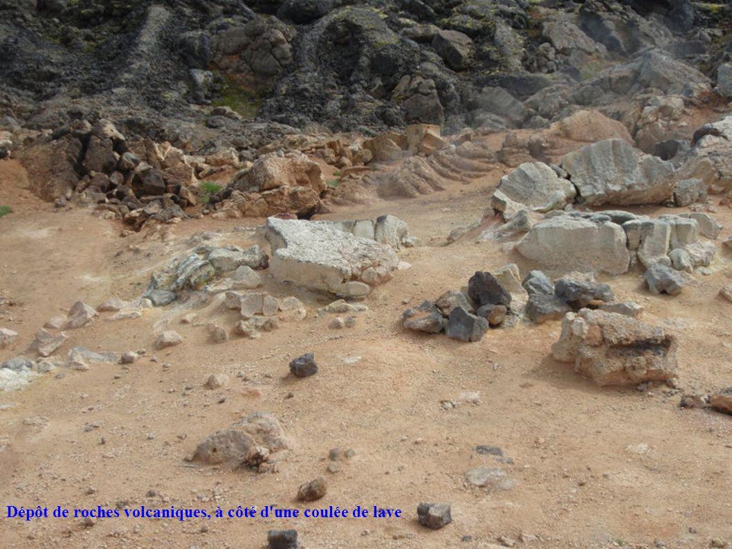 Dépôt de roches volcaniques, à côté d une coulée de lave